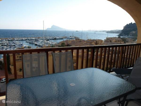 een terras met prachtig zeezicht