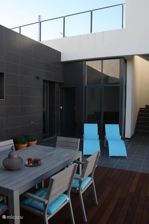 terras beneden en schuifraam naar de leefruimte, de trap gaat naar het dakterras