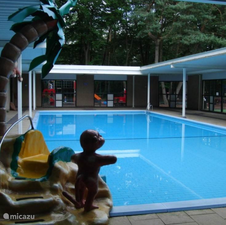 In de zomer is het half overdekte zwembad heerlijk.