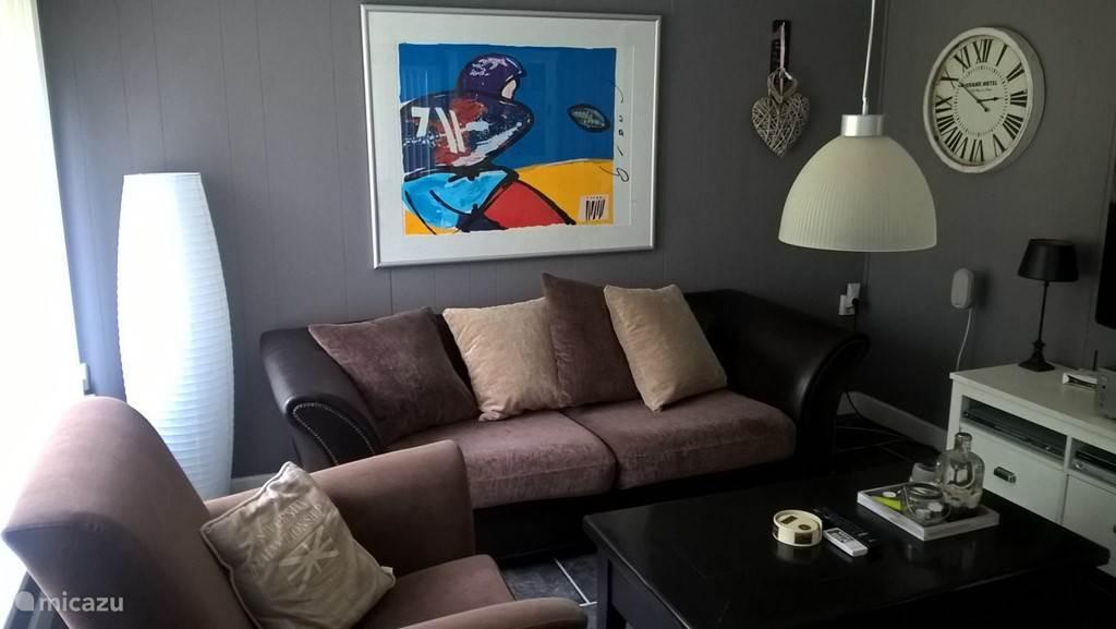 De gezellige kamer is o.a. voor zien van een grote flatscreen TV, Radio, DVD en CD speler en een stereo systeem.
