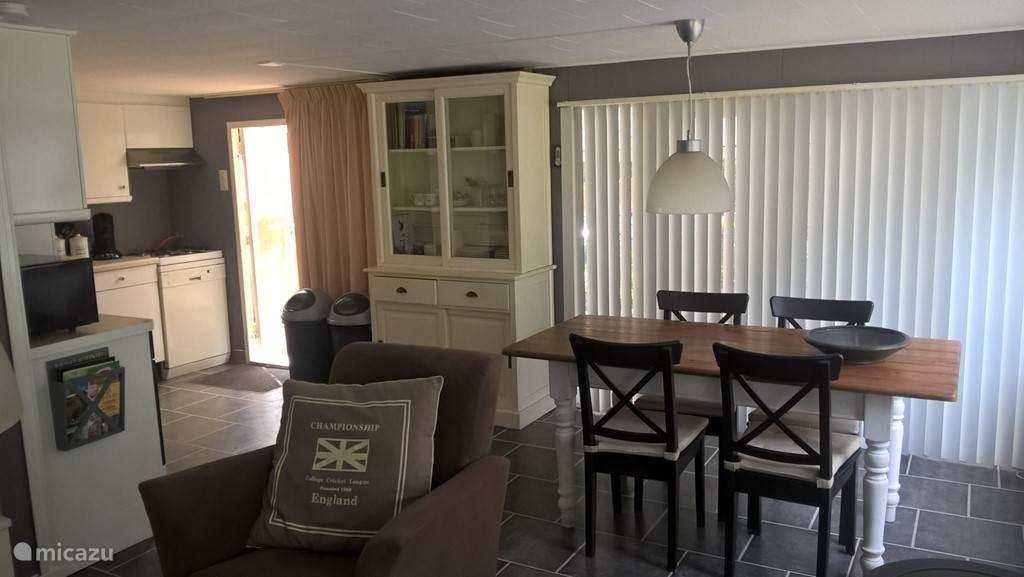 De woonkamer met eettafel.