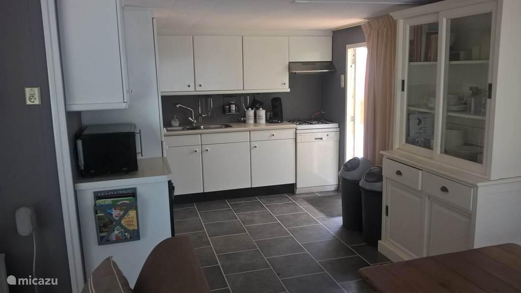 De ruime keuken is voorzien van alle gemakken.