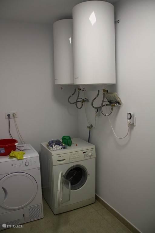 natte ruimte met ook 2 grote boilers