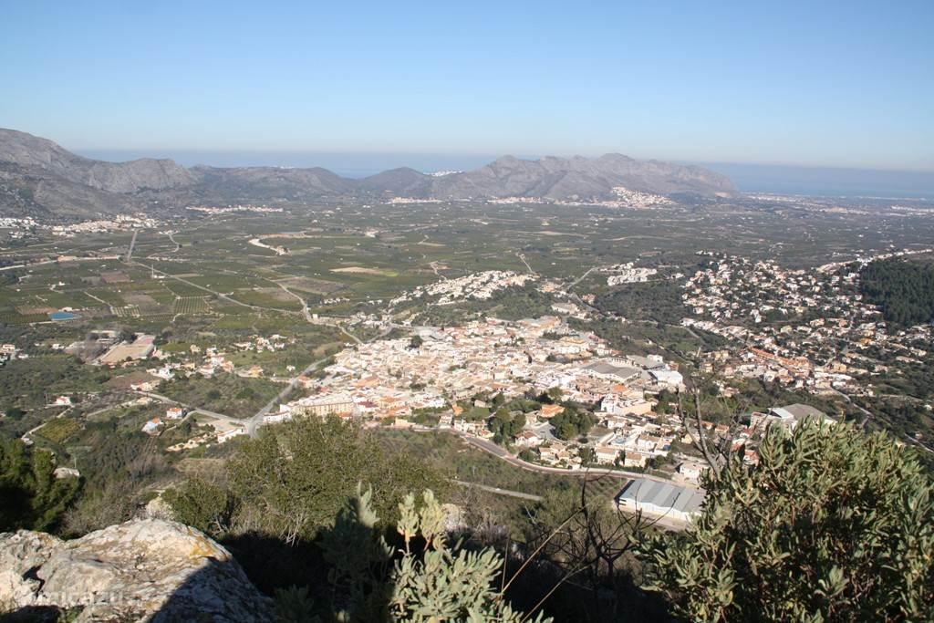 vanaf Catellet bij Orba uitzicht over Orba, de vallei en de zee