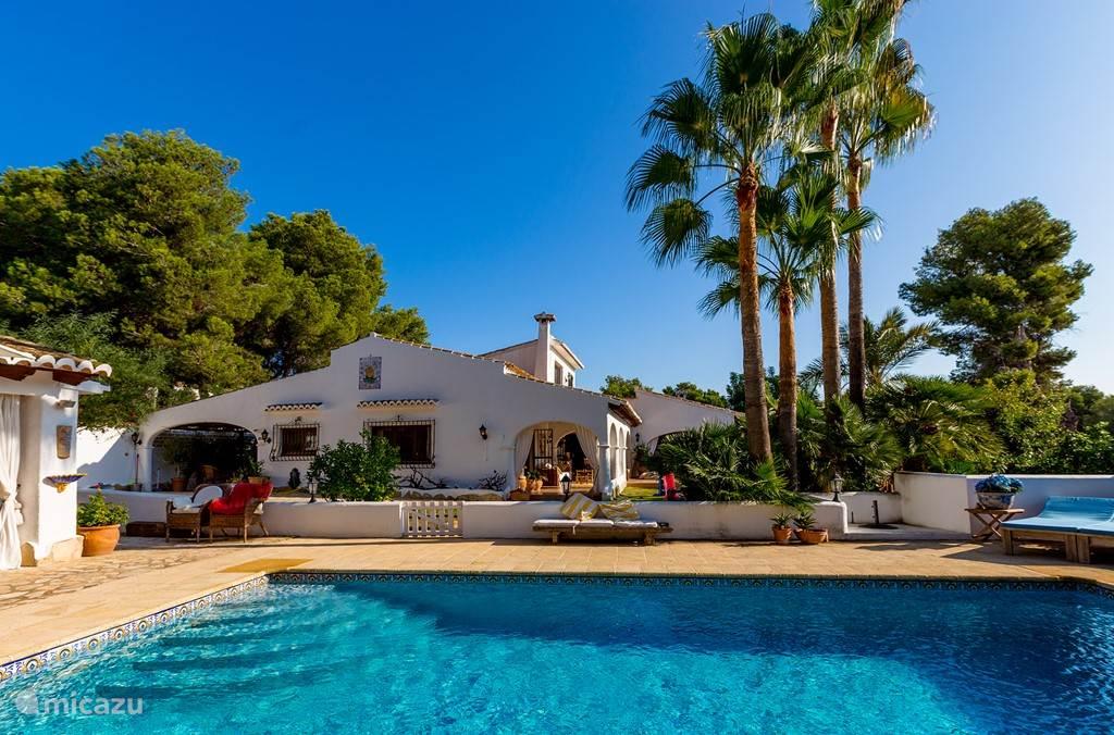 Koloniale Spaanse Villa van 350 m2 met terassen omringd in een mediterrane tuin