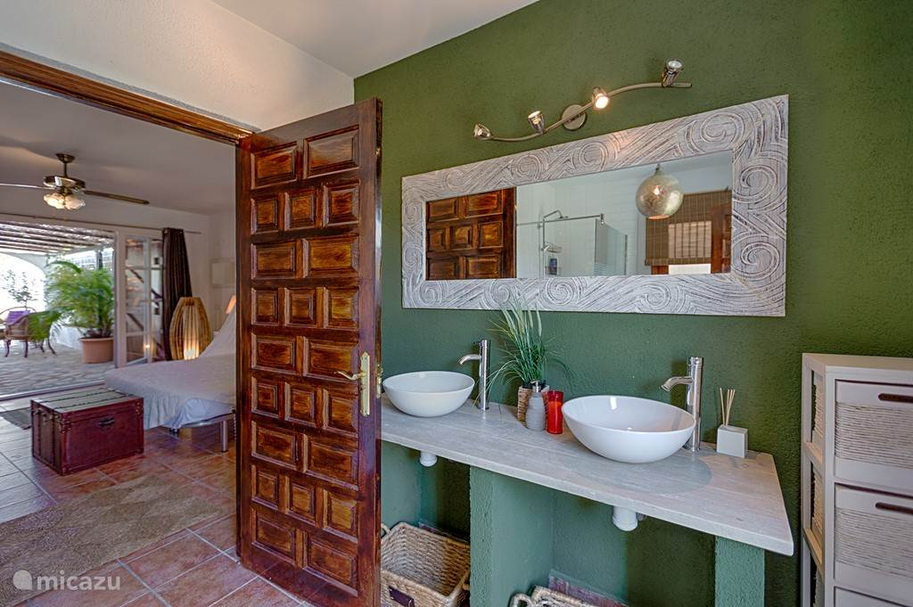 Zicht van de badkamer bij de buitenstudio