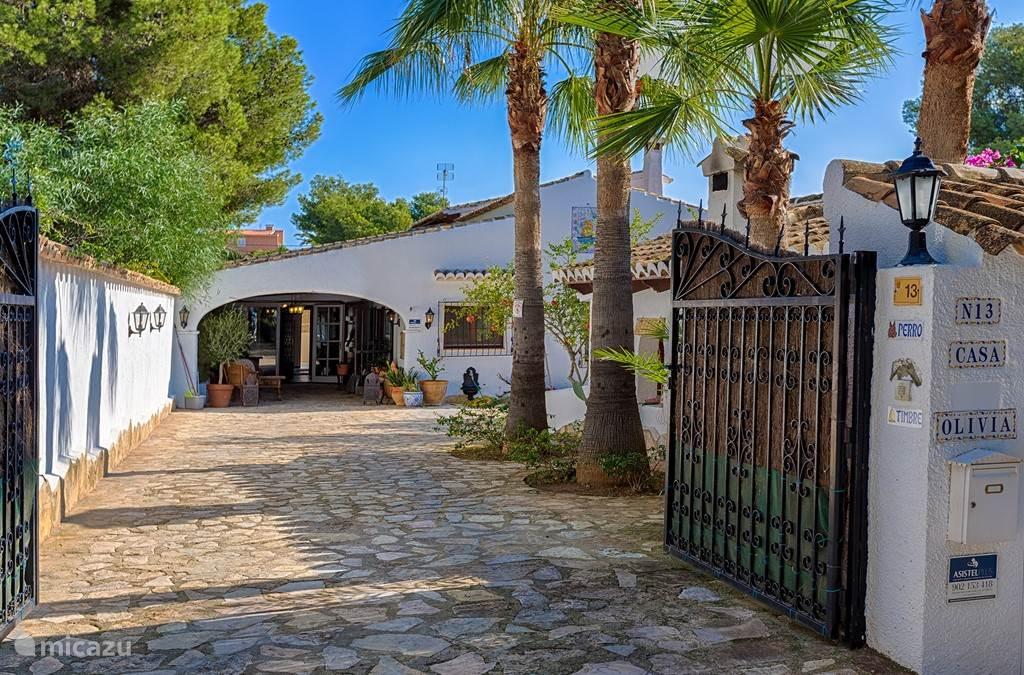 Entree van villa Olivia in een prive en veilige rustige buurt, privé parkeerplek voor twee auto's. Buiten kunnen nog meer auto's kwijt.