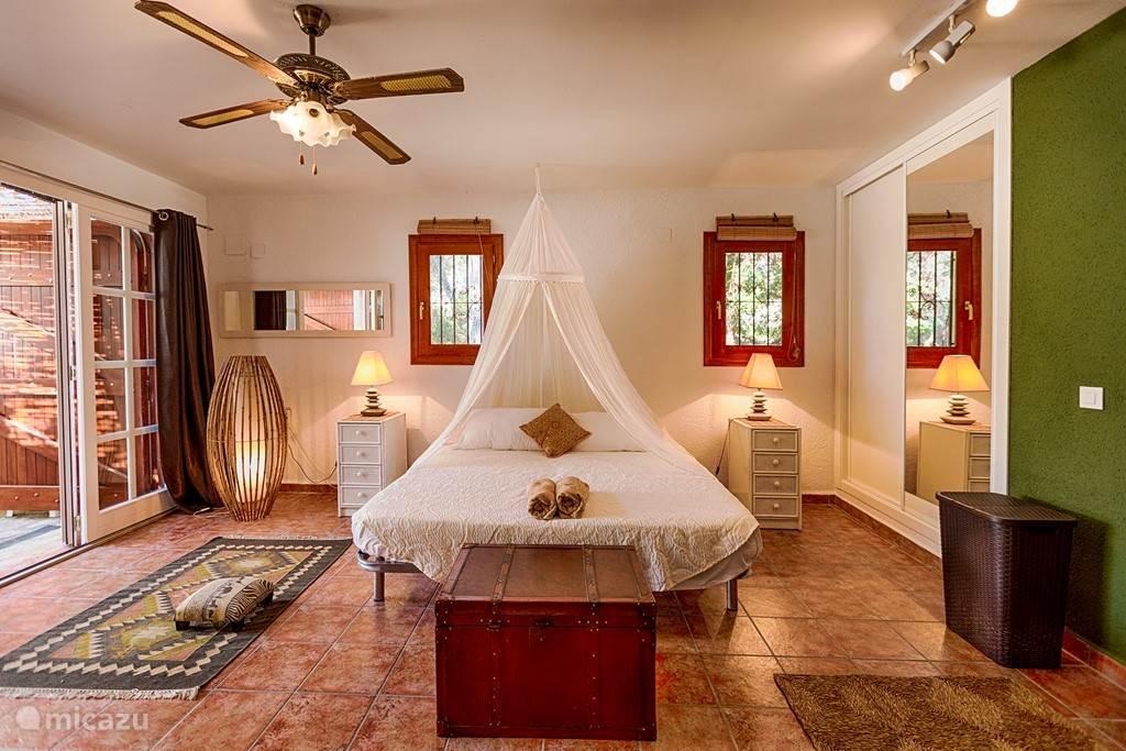 Buiten masterbedroom in buiten studio met badkamer ensuite en toegang tot binnenhuis en boven studio. Ideaal voor een tweede gezin of stel met kinderen