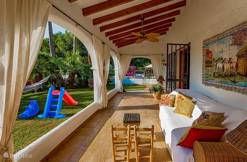 Buiten terassen/veranda's met veel zitjes, tafels en speelgoed voor kinderen