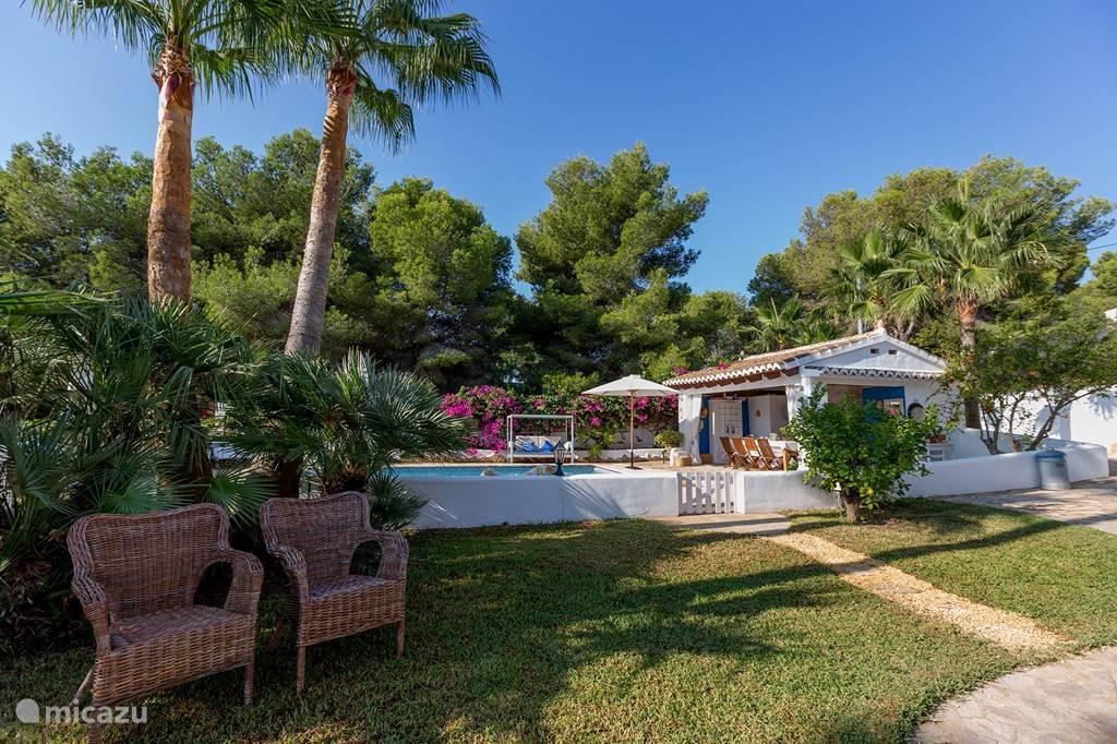 Garden, pool, summer kitchen met veel groen, privacy, veel ligstoelen en plekjes voor pool dinning, BBQ, paella!