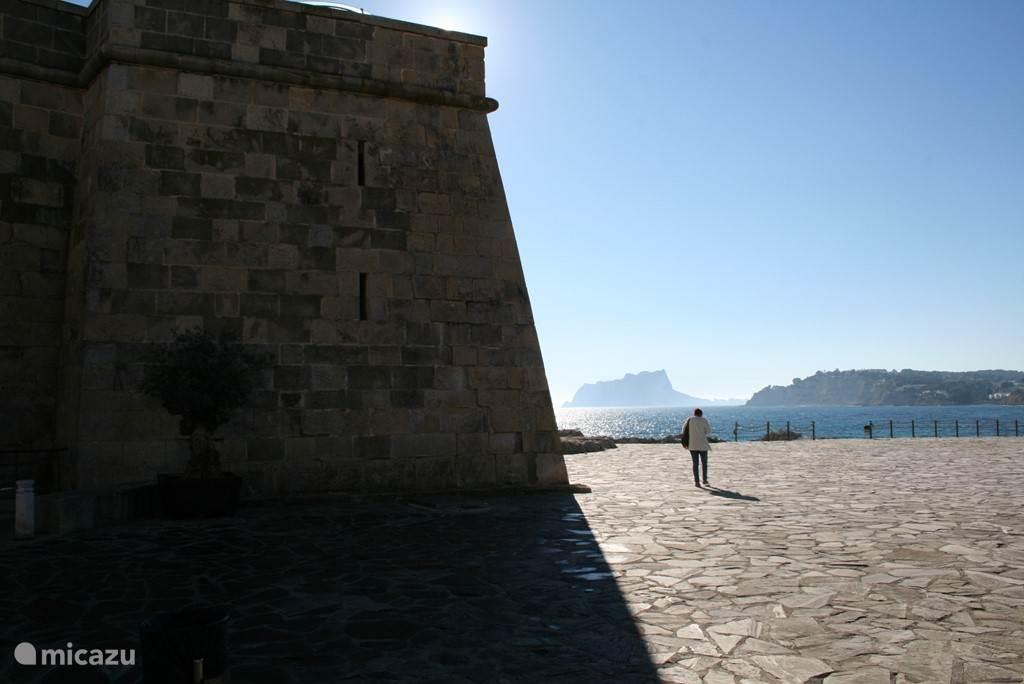 Uitzicht vanuit Moraira richting rots Calpe.