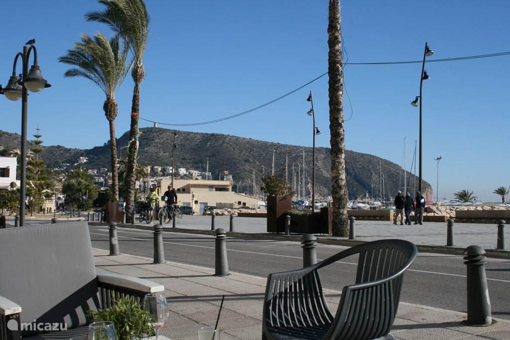 Heerlijk genieten vanuit de lounge set op de boulevard van het mooie plaatsje Moraira.