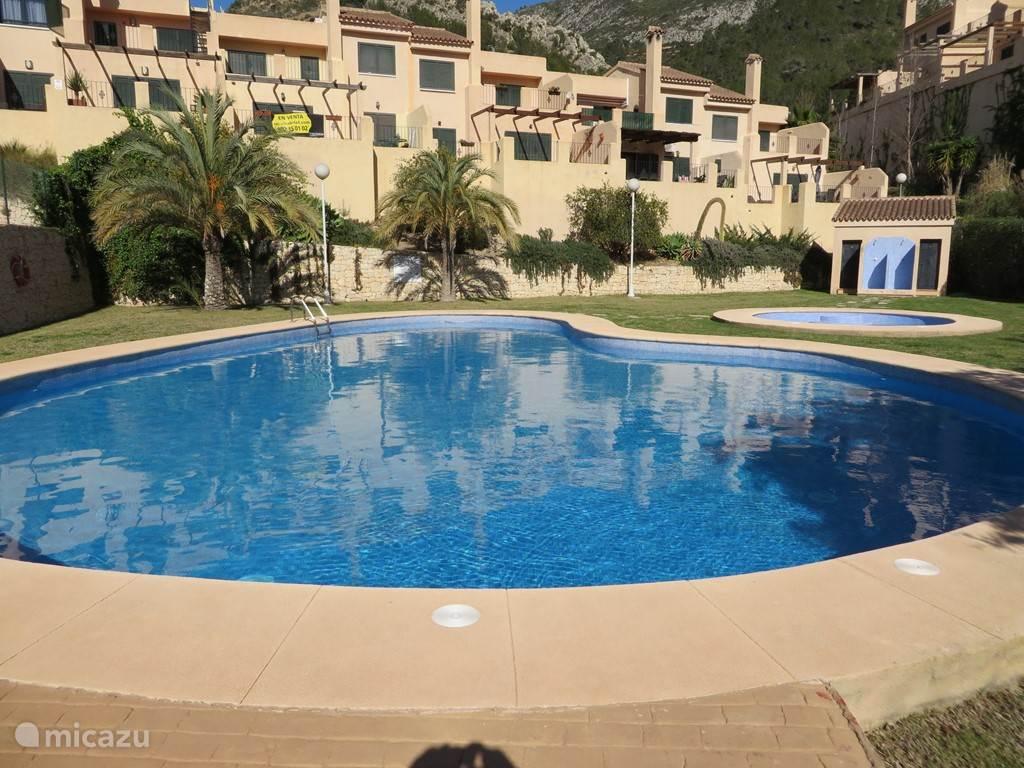 Gemeenschappelijk zwembad met kleedruimten en douches.