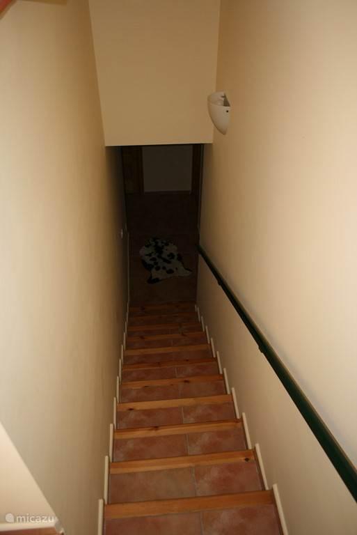 Trap naar souterrain waar de twee slaapkamers bevinden en een badkamer.