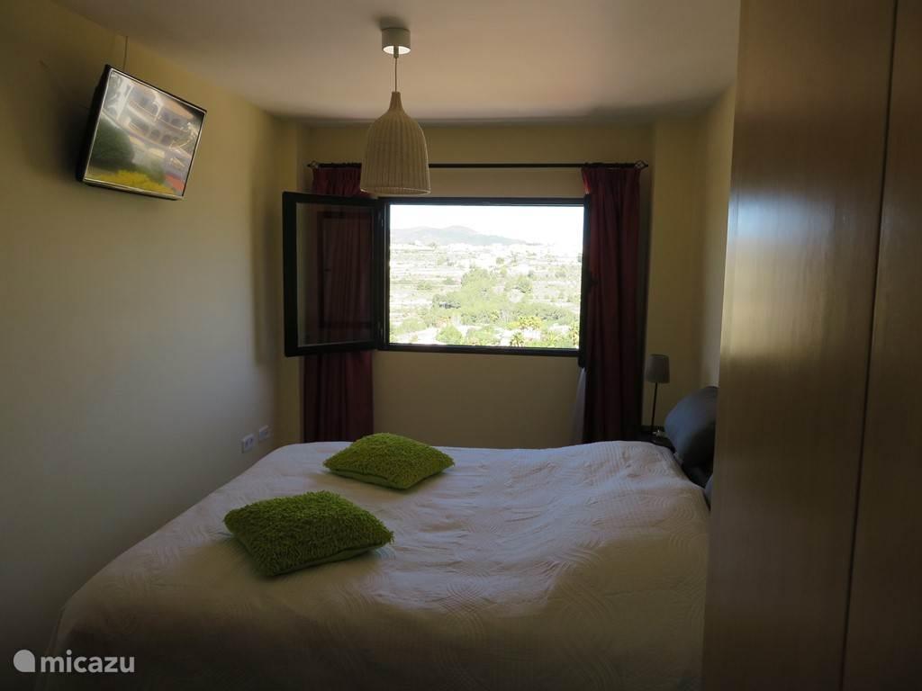 Slaapkamer met Smart tv en alle Nederlandse zenders.