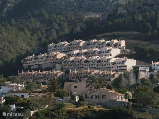 Woning bovenste rij geheel links is Uw vakantiewoning