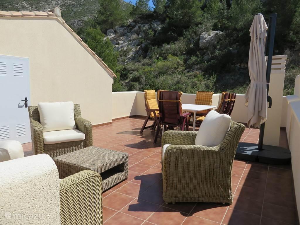 Eettafel met zes relax stoelen om te genieten van U B.B.Q.