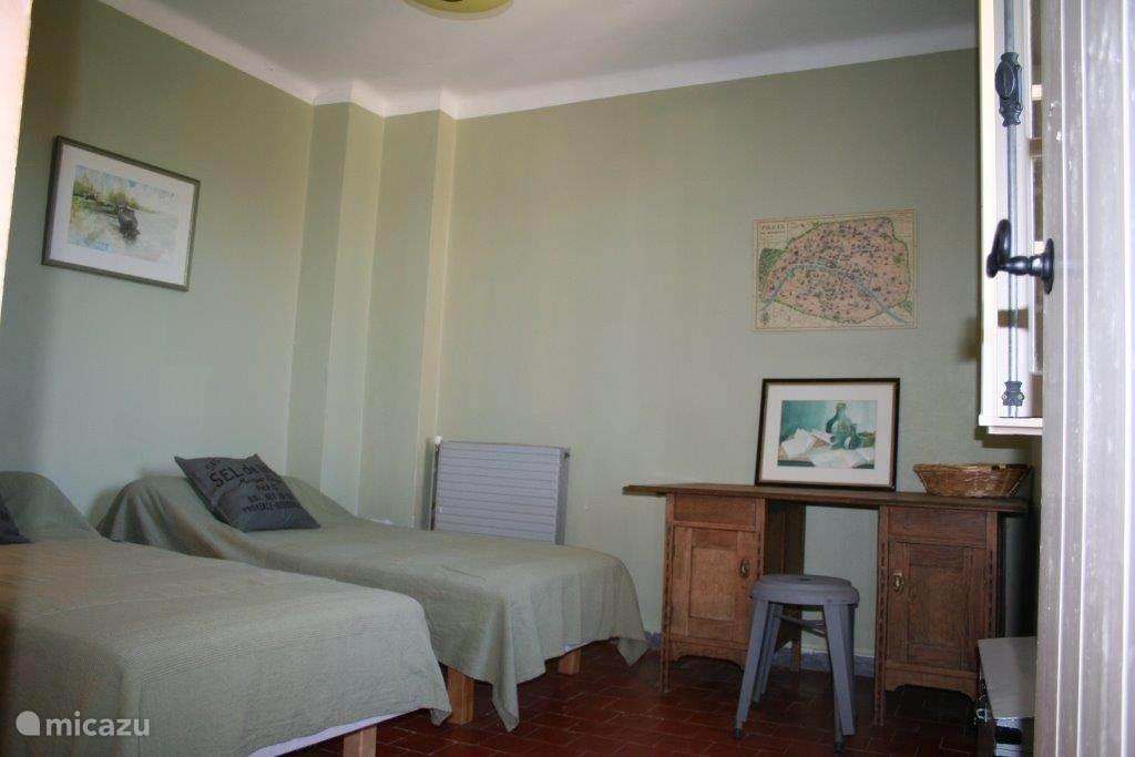 Slaapkamer 2 heeft twee eenpersoonsbedden, een vaste (leg)kast en een bureautje. Het raam, met luiken, geeft uitzicht op de binnentuin. De kamer is te bereiken via de keuken.