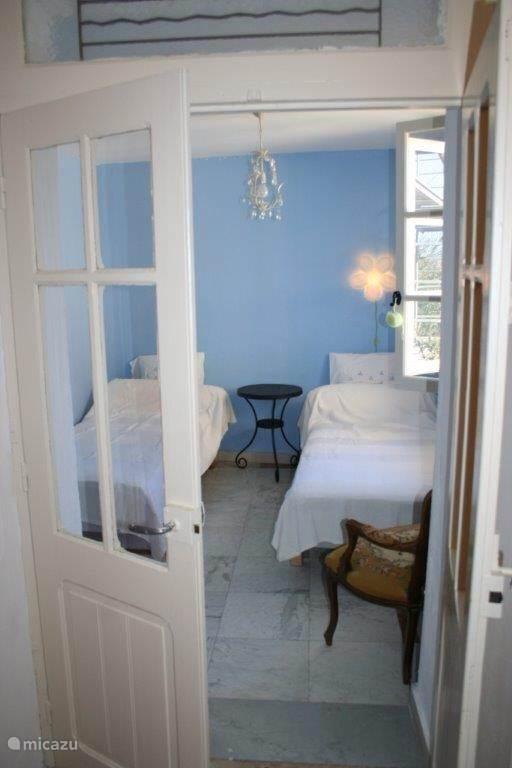 Slaapkamer 4 is een kleine kamer met twee eenpersoonsbedden en een kleine legkast. De kamer heeft een raam met luiken dat uitzicht biedt op de binnentuin. Let op: deze kamer is alleen te bereiken via slaapkamer 3.