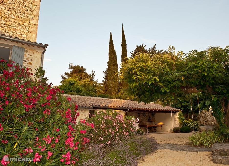 Due to the large port of this village you enter the walled Mediterranean courtyard with outdoor kitchen and pool.
