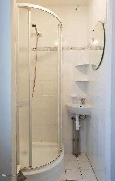 Elke kamer heeft een eigen douchecabine