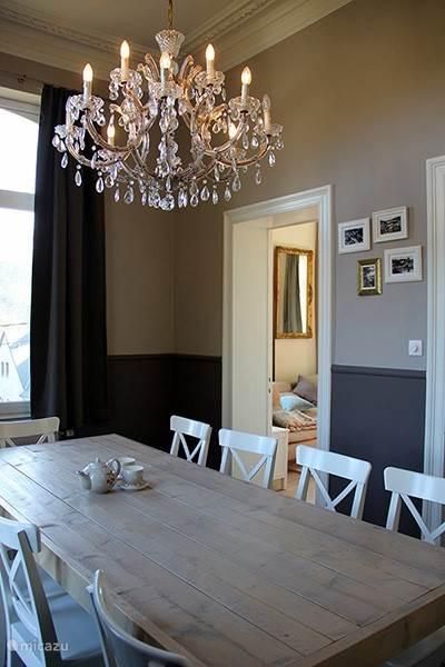 De eetkamer wordt aangekleed door een oude luchter en biedt voldoende ruimte voor gezellige dineetjes