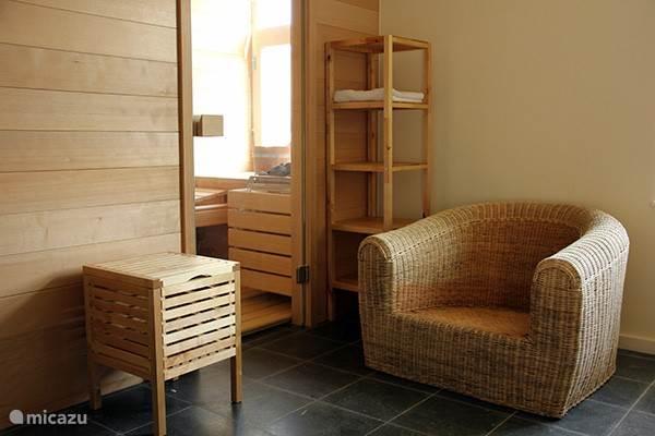 Der Wellnessbereich bietet eine große Sauna, Dusche und regen eine gemütliche Sitzecke