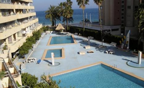 De achterzijde van het appartementen-complex met de drie privé-zwembaden