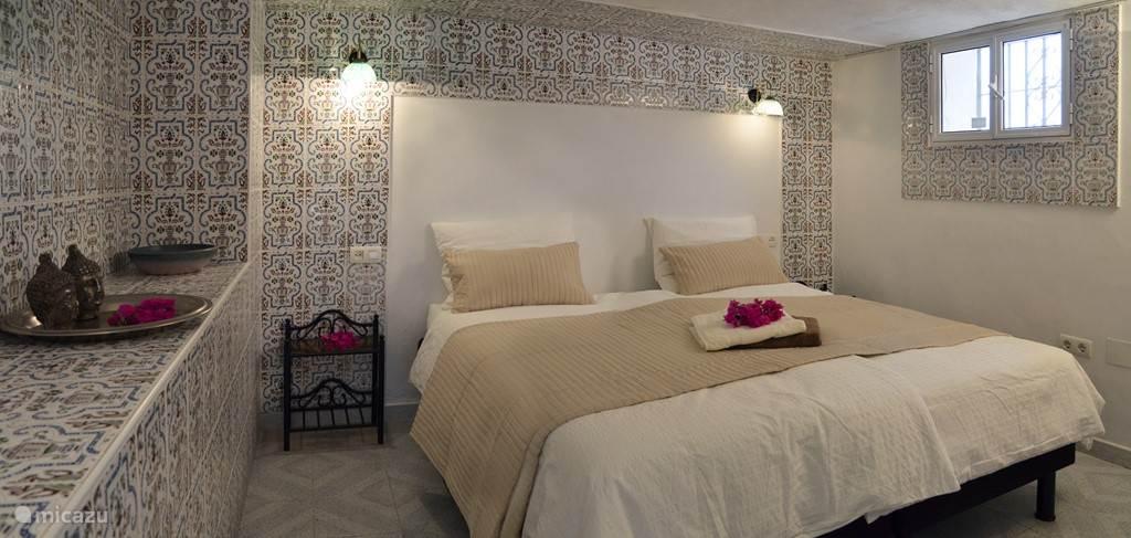 Slaapkamer met hoge bedden. Te gebruiken als 1 of 2 persoons
