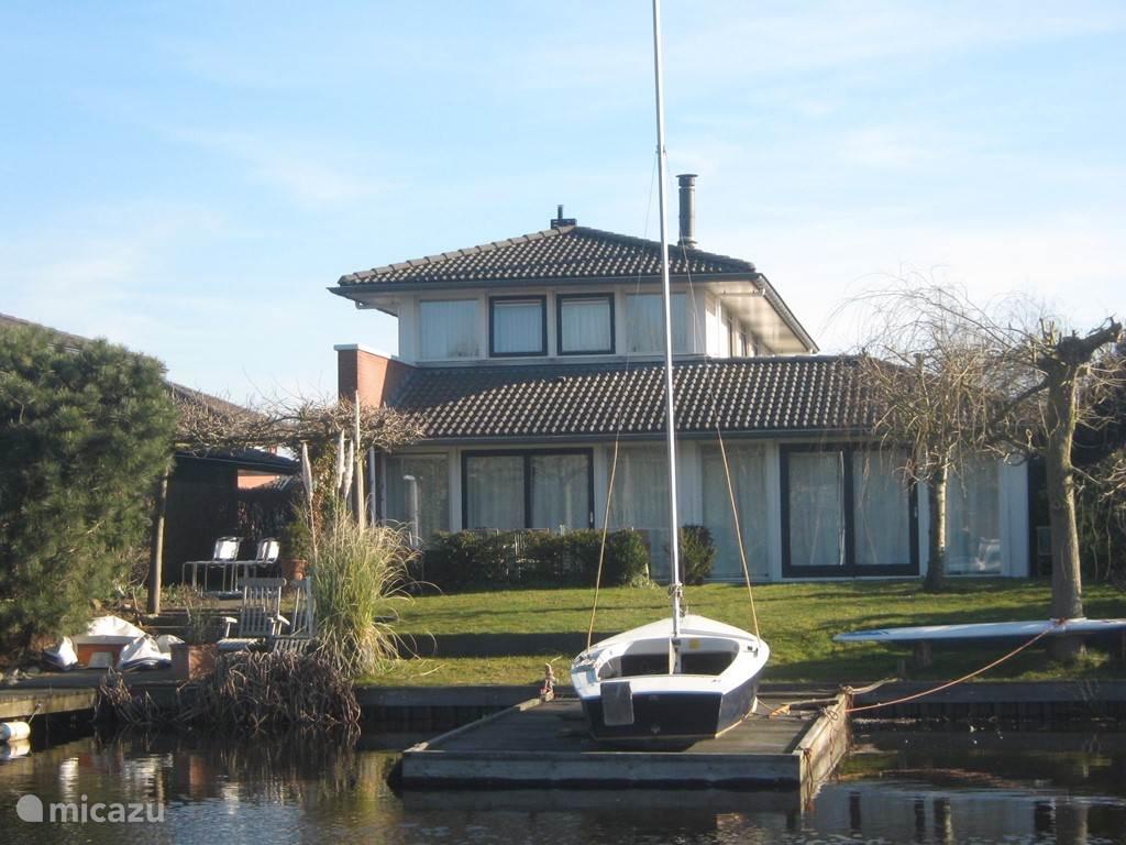 zicht vanaf het water met eigen steigers om direct naar Zuidlaardermeer te kunnen varen/zeilen