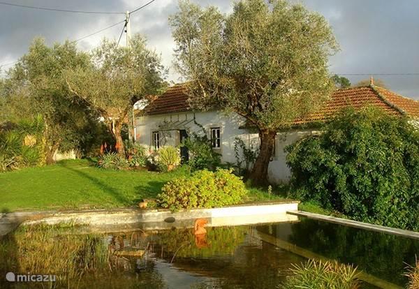 Casa Branca met het (gedeelde) natuurlijke zwembad.