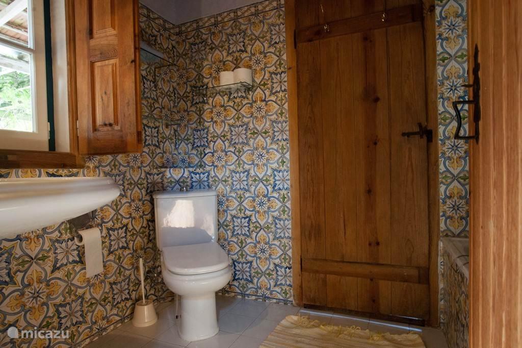 De badkamer met bad in Portugese stijl