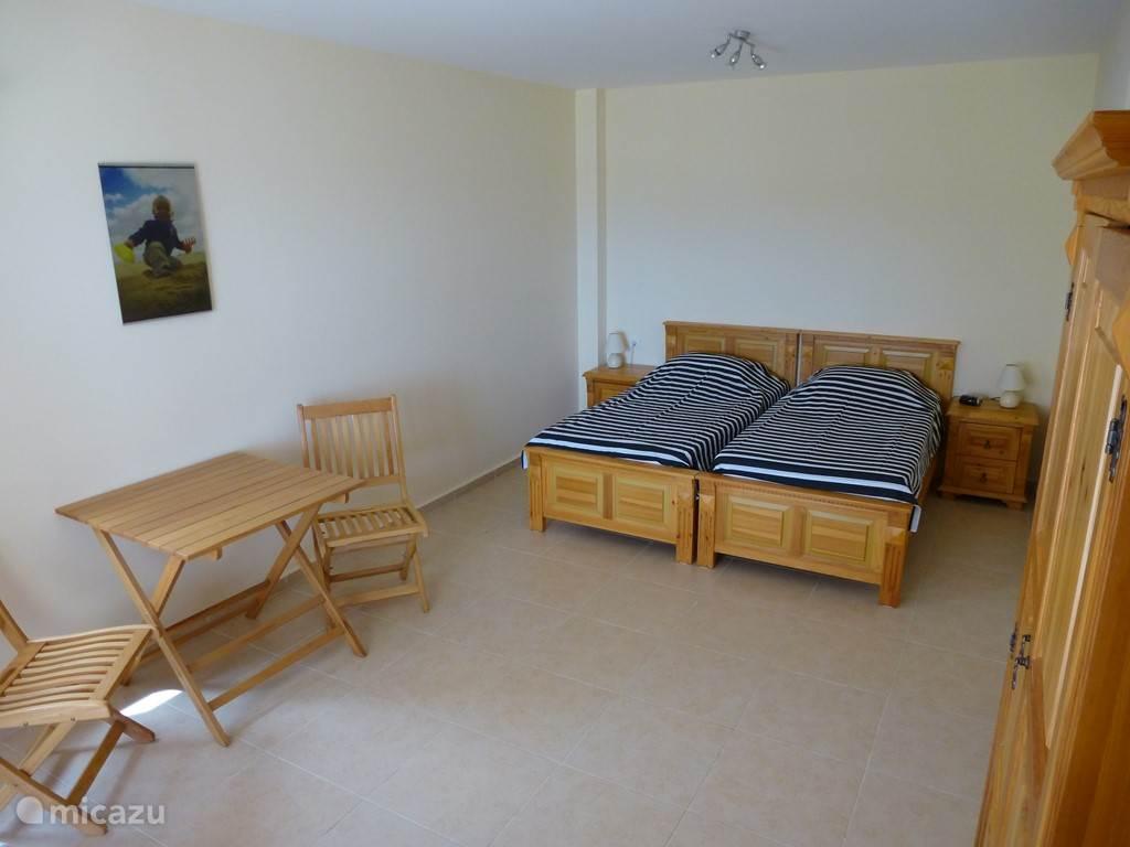 Slaapkamer op de terrasverdieping en voldoende ruimte voor kinderbedje.