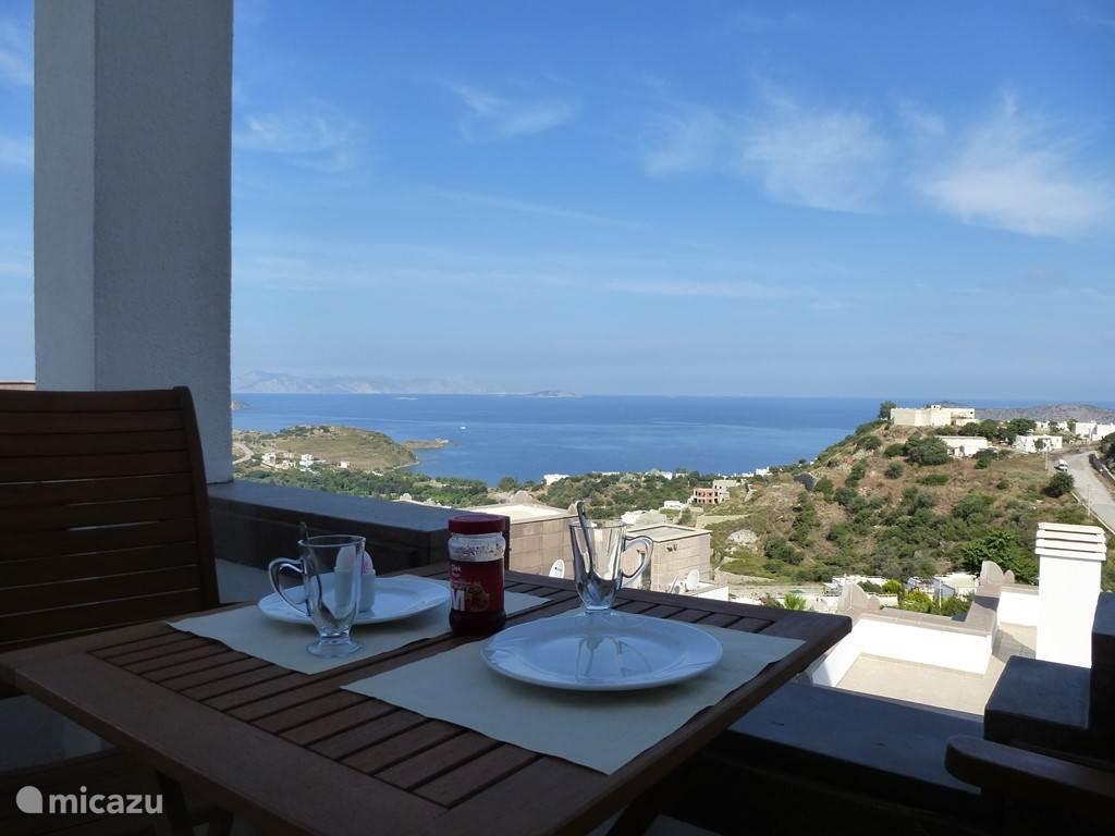 Uitzicht op Egeische zee vanaf balkon