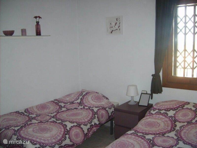 2e slaapkamer. Alle slaapkamers hebben meer dan genoeg opruimmogelijkheden door de grote en ruime kasten.
