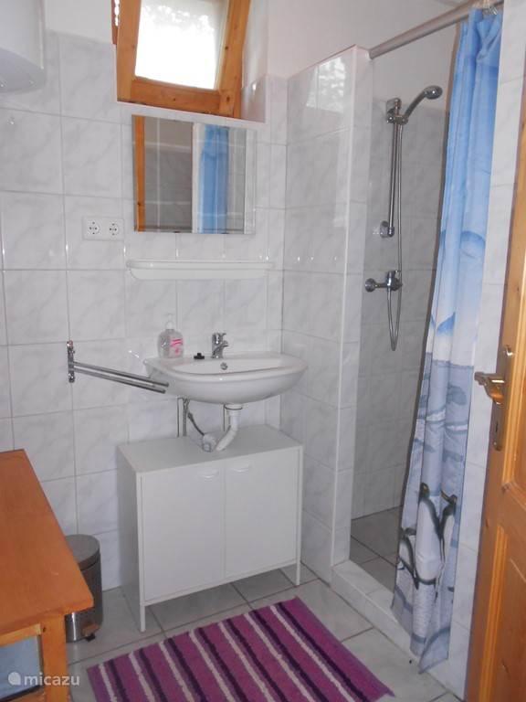 douche met toilet beneden