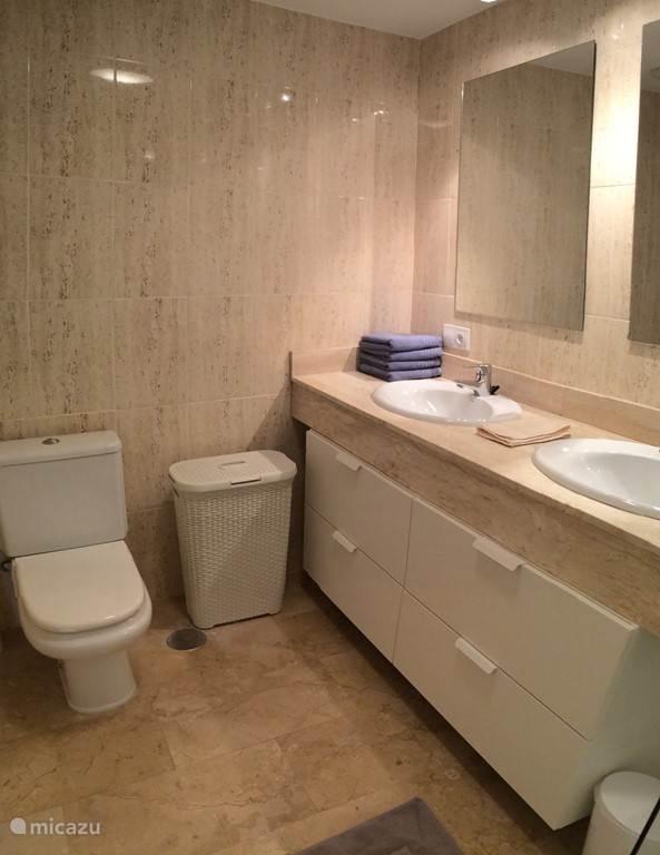 grote badkamer met douche en dubbele wastafel