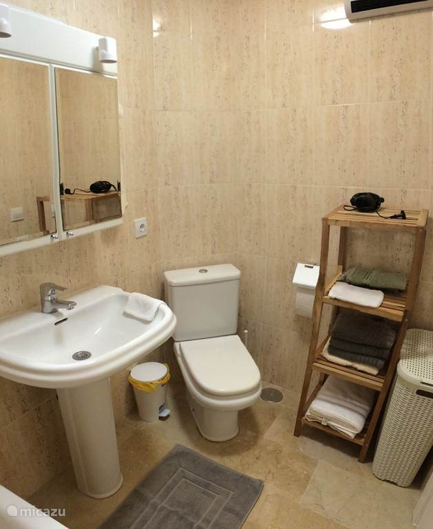 kleine badkamer met ligbad