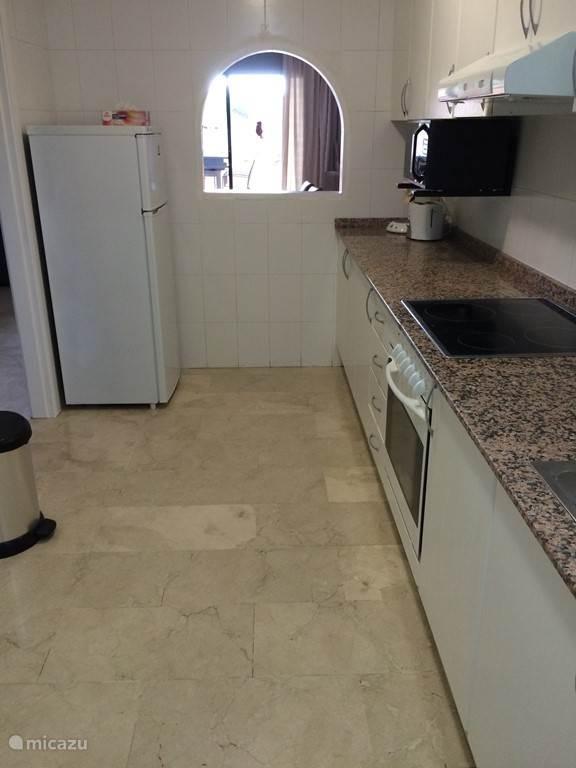keuken met zicht op woonkamer