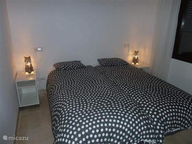 Slaapkamer 2 heeft een twin bed en een eigen badkamer met douche.