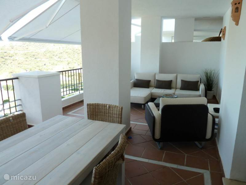Een comfortabele loungehoek op het terras.