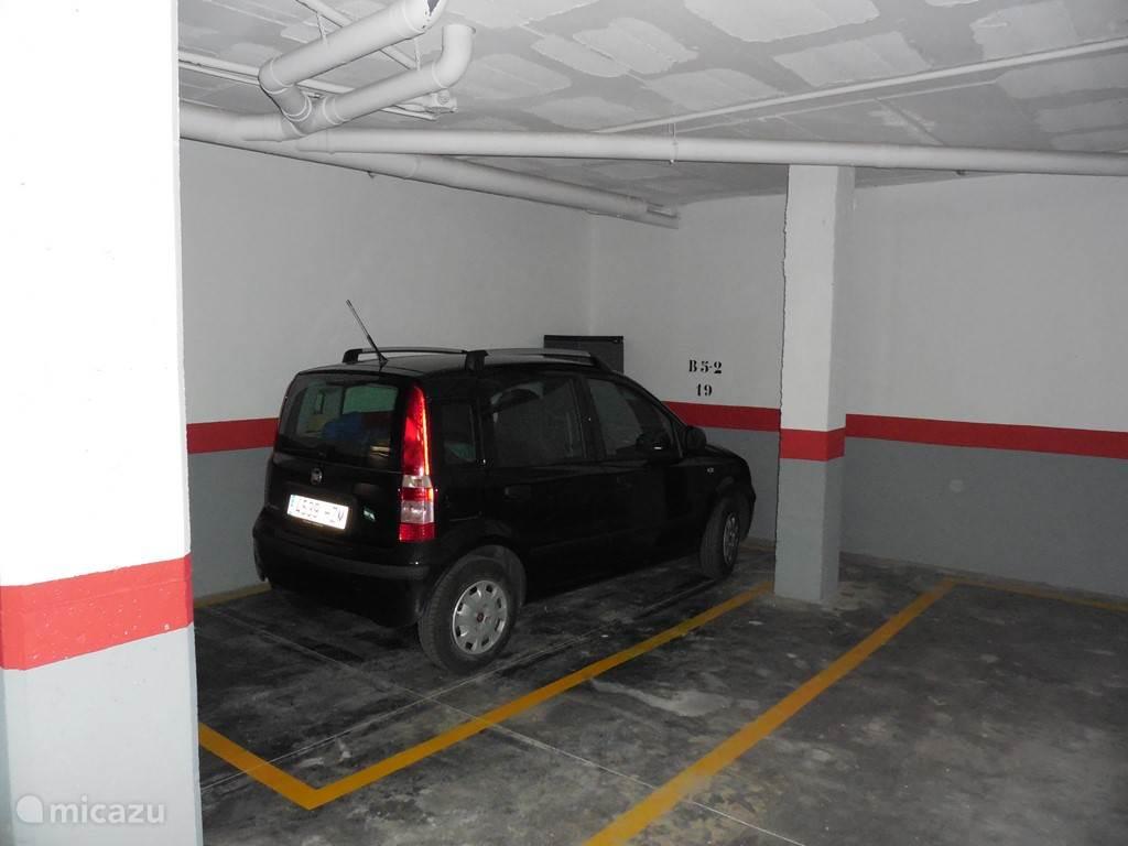 Het appartement heeft een eigen, gereserveerde parkeerplaatsin de ondergrondse parkeergarage met directe toegang naar lift en trappenhuis. Op weg naar de garage is een goed afgesloten ruimte voor huisvuil.