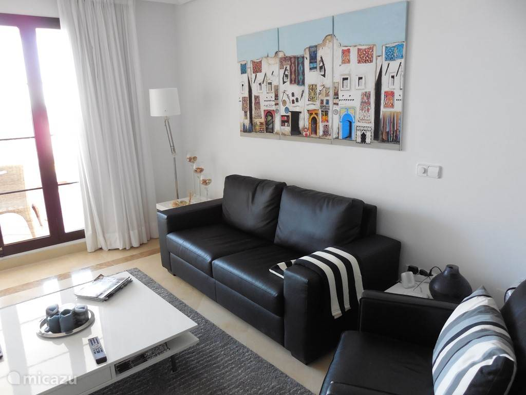 De comfortbele woonkamer met airco heeft een zit- en eethoek, een flat screen TV met Nederlandse zenders (Canal Digitaal) en gratis WIFI