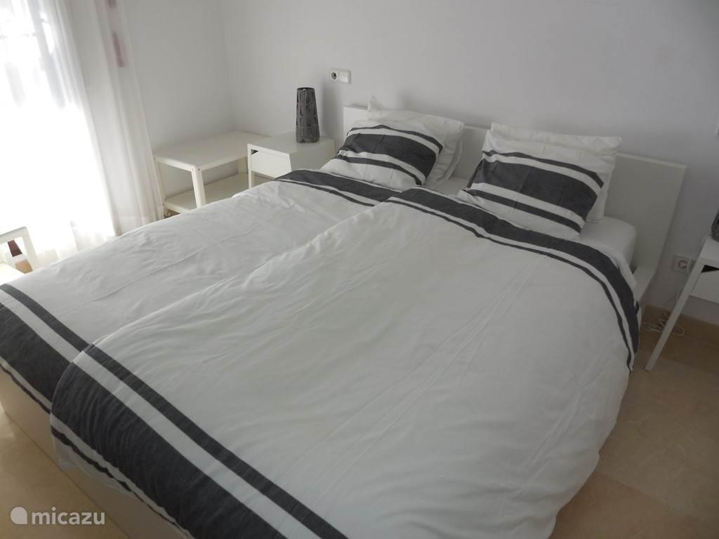 De Master Bedroom heeft een 2 persoonsbed, eigen, onafhankelijk te bedienen Canal Digitaal  TV en uiteraard een eigen badkamet met bad en douche. Openslaande deuren naar het terras en uitzicht op zee.