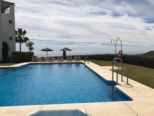 Heerlijk zwembad met uitzicht op zee