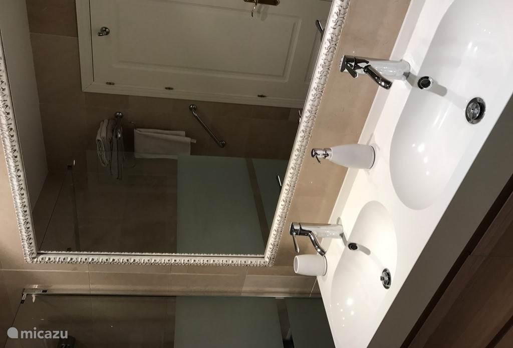 De badkamers beschikken over een bad/douche, een dubbele wastafel, bidet en toilet.
