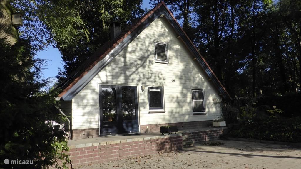 Het huis vanaf de parkeerplaats.