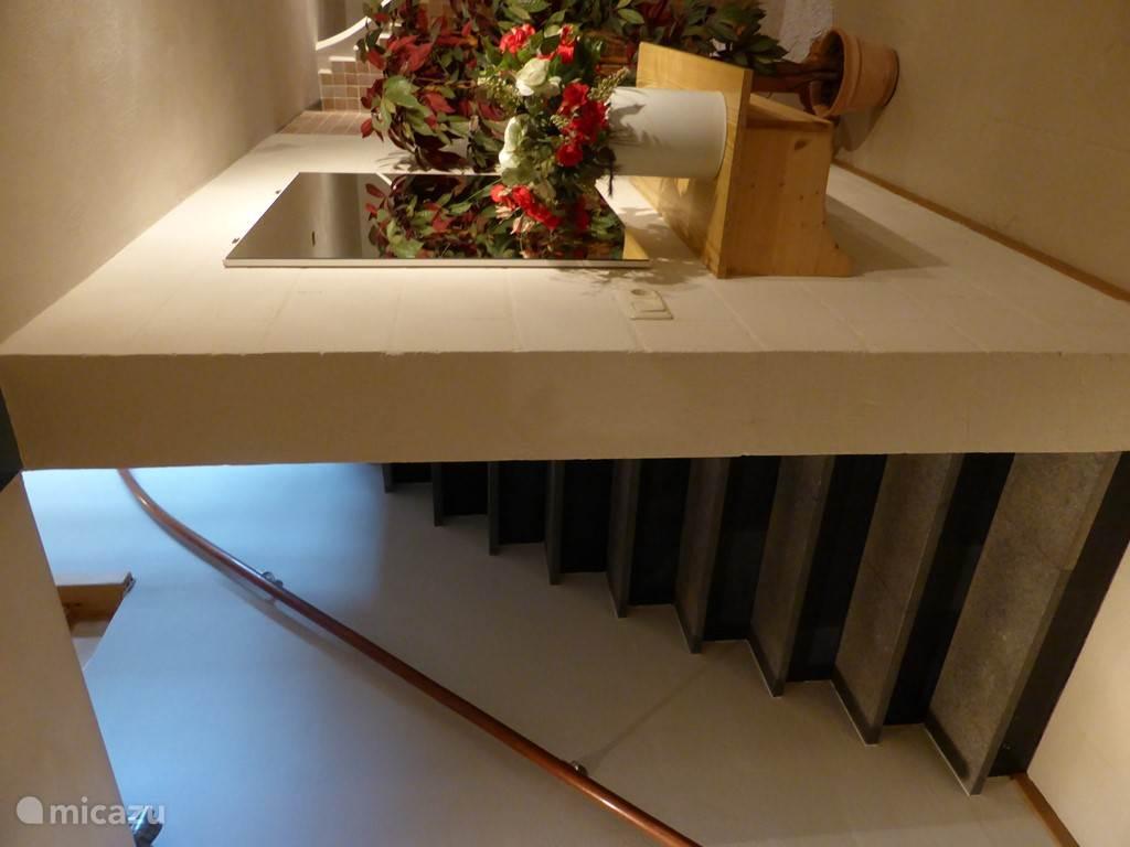De trap van de kelder naar boven.