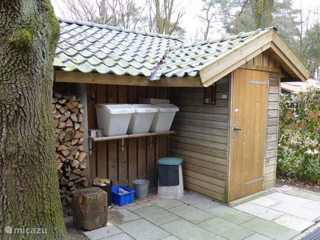 Buiten is nog een extra toilet en de bakken voor gescheiden afval. Hier ligt ook het hout voor de kachel.