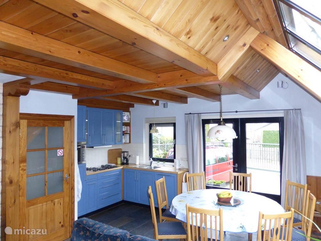 Open keuken met ronde tafel, kan groter gemaakt worden voor 10 personen.